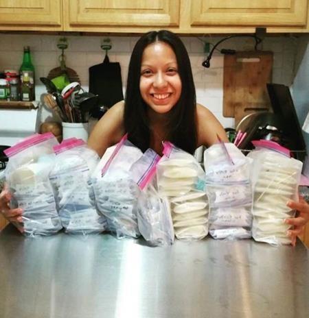 Wendy tươi cười bên các bịch sữa đem cho