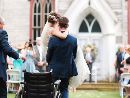 Chú rể Stuart đón cô dâu từ nhạc phụ
