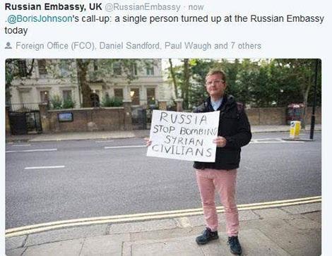 Chỉ có một người hưởng ứng lời kêu gọi của Ngoại trưởng Anh biểu tình trước Đại sứ quán Nga tại London. Ảnh do Đại sứ quán Nga tại Anh đăng tải.