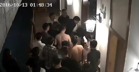 Ông Zhang phẫn nộ kéo ông Lei và bạn gái ra khỏi phòng