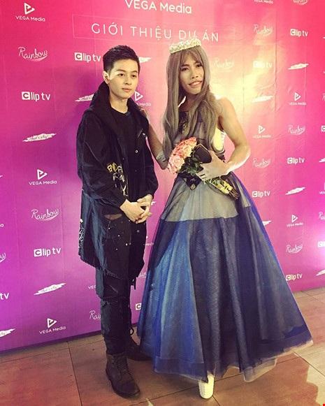 Tùng Sơn (phải) tham gia một sự kiện ra mắt công ty giải trí tại TP.HCM trong tuần qua. Ảnh: TƯ LIỆU