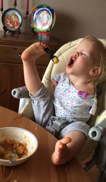 Dù không dùng tay, bé Vasilina vẫn có thể tự mình xúc thức ăn