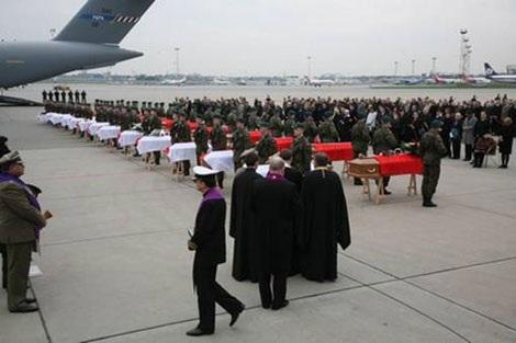 Linh cữu Tổng thống Ba Lan và những thành viên cao cấp chính phủ được đưa về Sân bay quốc tế Chopin Warsaw.