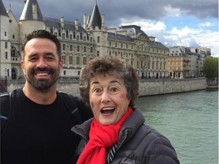 Barton Brooks lên kế hoạch đưa mẹ đi du lịch tại 20 quốc gia châu Âu