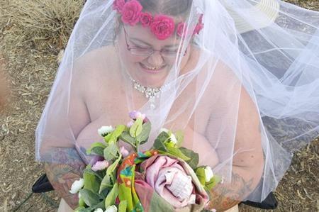 Sau cơn hôn mê, cô dâu nặng 165 kg không thể tìm thấy váy cưới vừa vặn với cơ thể mình
