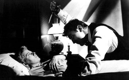 """""""The night of the hunter"""" kể về nhà giảng thuyết Harry Powell (Robert Mitchum thủ vai) với bề ngoài đạo mạo, đáng kính nhưng thực chất là một kẻ giết người hàng loạt và cuồng tín tôn giáo. Dù đã ra mắt từ năm 1955 nhưng tác phẩm kinh dị của đạo diễn Charles Laughton vẫn đứng đầu bảng trong danh sách những bộ phim khó có thể bỏ lỡ trong ngày Halloween."""