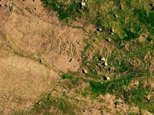 Những bức ảnh khác biệt về đường biên giới trên khắp thế giới - 1