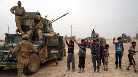 Lực lượng an ninh Iraq tham gia vào một hoạt động chống IS tại khu vực al-Shoura, phía nam Mosul. Ảnh: Reuters
