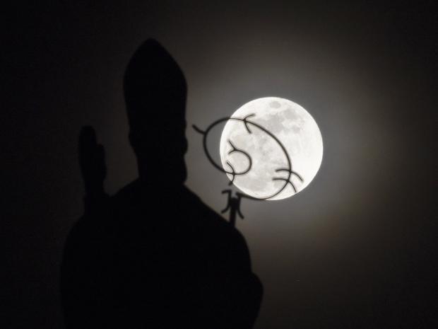 Mặt trăng xuất hiện phía sau tượng đài tại nhà thờ San Nicolas ở Cali, Colombia