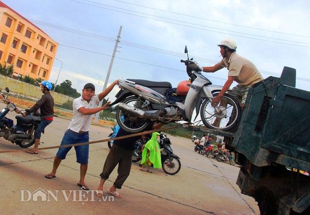 Bình Định: Dân sợ băng dòng lũ, xe tải kiếm tiền triệu mỗi ngày - 2