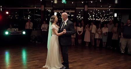 Ban đầu, Mikayla và bố khiêu vũ lãng mạn…