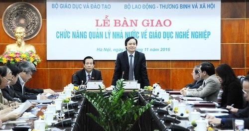 Bộ trưởng Bộ GD-ĐT Phùng Xuân Nhạ và Bộ trưởng Bộ LĐTBXH Đào Ngọc Dung tại lễ bàn giao chiều 9/11