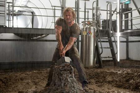 """Phần phim đầu tiên về chàng Thần Sấm điển trai đã nhận được nhiều đánh giá tích cực của giới phê bình với điểm số trung bình là 77% trên trang Rotten Tomatoes. Tờ USA Today nhận định rằng """"Thor"""" thực sự là một tác phẩm nhẹ nhàng, vui vẻ và để lại nhiều """"âm vang"""", giống như chính nhân vật Thần Sấm trong phim."""