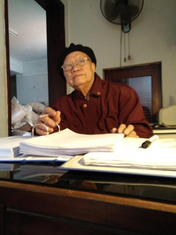 Ông Nguyễn Hữu Kiểm đang làm việc với phóng viên