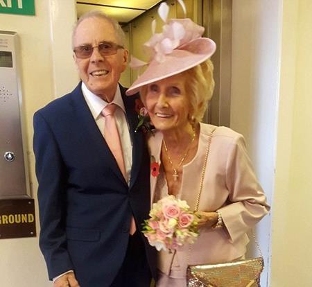 Cụ Davy Moakes 86 tuổi và cụ Helen Andre 82 tuổi vừa kết hôn vào ngày 11/11 vừa qua