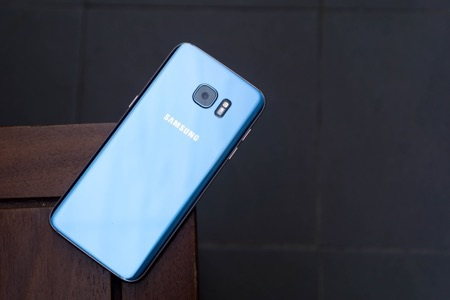 Vẻ đẹp của Galaxy S7 edge Xanh Coral đặc biệt thu hút giới trẻ