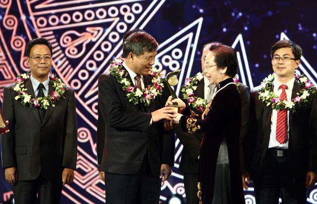 Bà Nguyễn Thị Doan - Nguyên Phó Chủ tịch nước, Chủ tịch Hội Khuyến học Việt Nam - trao giải Nhất lĩnh vực Y dược cho GS Trí và các cộng sự Viện Huyết học - Truyền máu Trung ương.