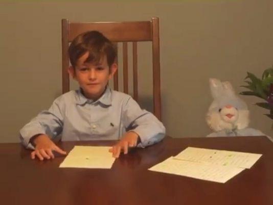 Alex bên cạnh bức thư gửi Tổng thống Obama. Ảnh: Nhà Trắng