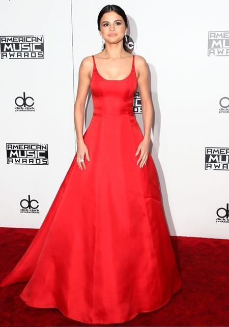 """Vừa trở lại sau một thời gian """"ở ẩn"""", Selena Gomez nhanh chóng ghi điểm với chiếc váy đỏ quyến rũ"""