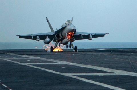 Khoảnh khắc chiếc F/A-18 móc vào cáp hãm đà.