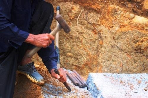 Anh Bốn - 1 thợ đá chẻ với 3 năm vào nghề, đôi bàn tay đã rám nắng, chai sạn và đầy vết sẹo thâm đen. Đó là những vết thương để lại từ những lần đá găm vào người, do nghề gây ra.