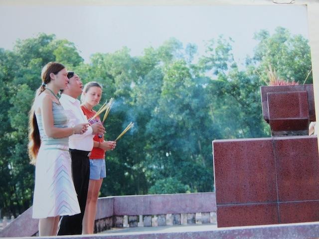 Olia thắp hương trước phần mộ gia đình ở Hà Tĩnh.