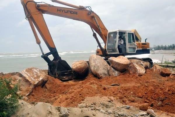 Các đại gia chi tiền tỷ để chở đá tảng về đổ xuống biển cứu tài sản hàng trăm tỷ đồng bên trong bờ, nhưng vẫn không ăn thua.