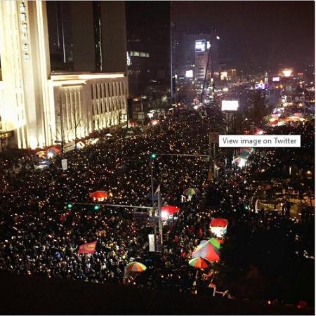 Người biểu tình đứng chật kín các tuyến đường quan trọng ở Seoul