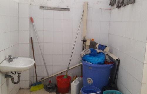 NVS tại BV Nhi T.Ư với chổi lau, xô thùng ngồn ngang và xà phòng vứt dưới đất. Ảnh:  Diệu Linh