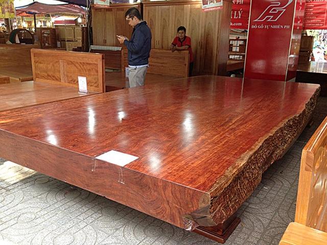 Chiếc sập gỗ nguyên khối cẩm đỏ được chào bán 2,5 tỷ đồng
