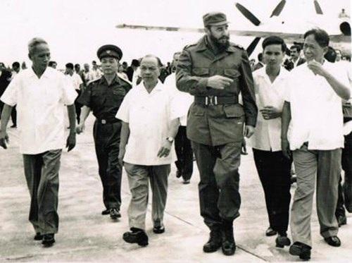 Các đồng chí lãnh đạo Đảng, Nhà nước đón đồng chí Phi-đen Ca-xtơ-rô tại Sân bay Gia Lâm, ngày 12-9-1973. Ảnh: TTXVN