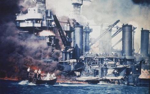 Chiếc thuyền nhỏ cứu hộ thủy thủ đoàn trên chiến hạm USS West Virgina ở Trân Châu Cảng bị Nhật Bản tấn công vào ngày 7/12/1941. Ảnh: AP.