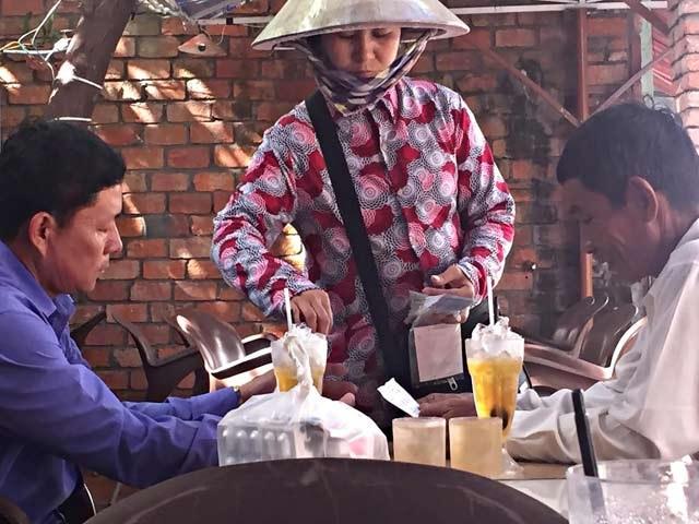 """Người bán vé số """"kiểu Mỹ"""" dạo trên địa bàn TP.Rạch Giá, tỉnh Kiên Giang."""