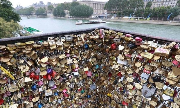 Paris bán khóa tình yêu ủng hộ tiền cho người tị nạn - 1