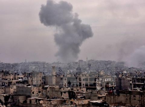 Khói bốc lên sau khi lực lượng Chính phủ Syria không kích các mục tiêu của quân nổi dậy trên đường tiến vào Karm al-Jabal để giải phóng Aleppo ngày 5/12
