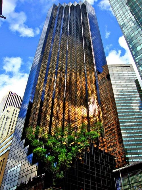 Nằm trên Đại lộ Số 5 ở Midtown Manhattan, thành phố New York, Tháp Trump (Trump Tower) là nơi sinh sống, làm việc cũng như đại bản doanh cho chiến dịch tranh cử Tổng thống Mỹ năm 2016 của ông Donald Trump.
