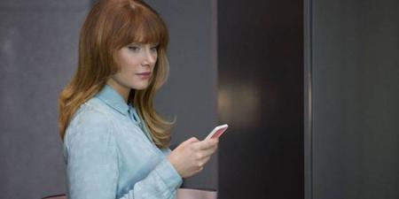 """Lần đầu ra mắt vào năm 2011, loạt phim truyền hình đến từ Anh quốc """"Black mirror"""" đến nay vẫn tiếp tục """"bỏ bùa"""" khán giả với kịch bản ám ảnh mà đầy thực tế. Trong """"Black mirror"""", mỗi hoạt động của con người đều bị soi bóng trong vô vàn chiếc """"gương đen"""" đến từ chính những thiết bị điện tử ghi nhận sự hiện diện của mỗi người ở khắp mọi nơi, trên tường, trên bàn, trong tay mọi người và dần âm thầm bủa vây lấy cuộc sống thường nhật."""