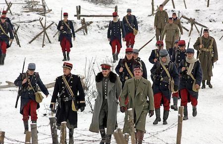 """Lấy bối cảnh thế chiến thứ nhất ngay tại chiến trường biên giới ba bên Pháp - Đức - Anh nhưng """"Joyeux Noël"""" lại chứa đựng những giây phút nghẹn ngào xúc động khi người lính ba phe cùng buông vũ khí, ngừng bắn một đêm để ăn mừng đêm Chúa Giáng Sinh."""
