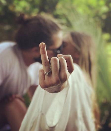 Margot Robbie hạnh phúc khoe nhẫn cưới