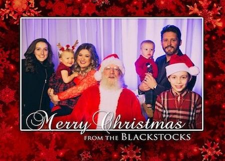 Nữ ca sĩ Kelly Clarkson vừa khoe tấm thiệp mừng vô cùng hạnh phúc bên chồng con và ông già Noel