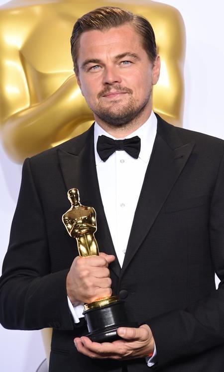 """Sau 22 năm gắn bó với nghệ thuật và vô số lần """"lỡ hẹn"""" với tượng vàng Oscar danh giá, cuối cùng trong năm nay, Leonardo DiCaprio cũng đã được Viện Hàn lâm Khoa học và Nghệ thuật Điện ảnh Mỹ xướng tên ở hạng mục Nam diễn viên chính xuất sắc nhất. Và lẽ dĩ nhiên, trong thời khắc chiến thắng vinh quang, Leo đã nhận được vô số lời chúc mừng từ các fan hâm mộ cũng như đông đảo đồng nghiệp tại Hollywood."""