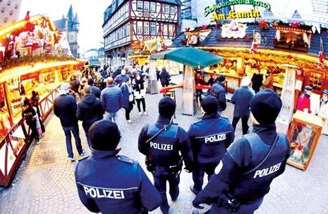Cảnh sát tuần tra tại một chợ Giáng sinh ở Đức.