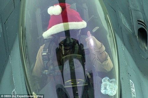Một phi công đội mũ đỏ thực hiện nhiệm vụ không kích