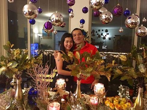 Hai vợ chồng chị Vân Anh trong bữa tiệc đón Năm mới.