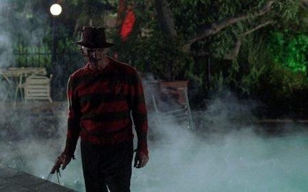 """""""A nightmare on Elm street"""" (1980) kể về Freddy Krueger, một kẻ giết người hàng loạt bằng cách đi vào giấc mơ của nạn nhân và giết họ, ai bị giết trong giấc mơ cũng sẽ bị chết thật ngoài đời. Chính điều này đã khiến Freddy Krueger trở thành nhân vật luôn gây ám ảnh cho nhiều thế hệ khán giả trên toàn thế giới. Freddy Krueger thậm chí còn được xếp hạng là kẻ phản diện thứ 40 trong Danh sách 100 anh hùng và kẻ phản diện của Viện phim Mỹ."""