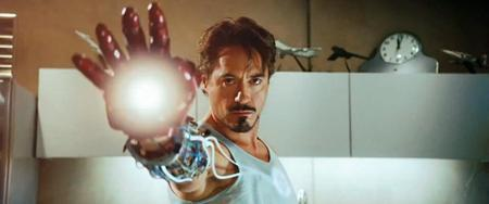 """""""Iron Man"""" chính là bộ phim đã mở ra Vũ trụ điện ảnh Marvel đồng thời đánh dấu một kỷ nguyên mới cho dòng phim siêu anh hùng. Đây cũng là tác phẩm đã đưa tên tuổi Robert Downey Jr. trở lại với đỉnh cao Hollywood. Với kinh phí đầu tư 140 triệu đô la, """"Iron Man"""" đã mang về cho Marvel hơn 585 triệu đô la doanh thu phòng vé. Thành công ngoài mong đợi của """"Iron Man"""" là cú hích lớn cho sự ra đời của một loạt các phim siêu anh hùng trực thuộc siêu dự án """"The Avengers"""" sau này như """"Captain America"""" hay """"Ant-Man"""". Có thể nói, """"Iron Man"""" chính là người anh cả trong vũ trụ điện ảnh của Marvel và phần trình diễn của Robert Downey Jr. cũng xứng đáng được coi là mẫu mực trong dòng phim siêu anh hùng."""