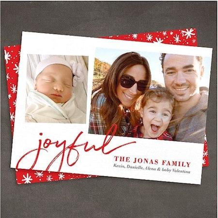 """Ông anh cả nhà Jonas, Kevin đã khiến cho rất nhiều fan hâm mộ phải """"tan chảy"""" với tấm thiệp Giáng sinh quá đỗi đáng yêu"""