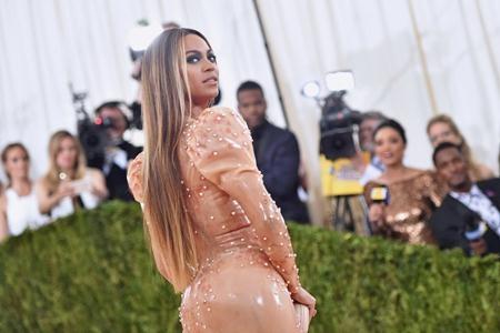 """Trong năm qua, Beyoncé đã có một màn trở lại vô cùng hoành tráng với album """"Lemonade"""". Thông minh, mạnh mẽ, quyến rũ mà vẫn trọn vẹn đến hoàn mĩ, không có gì khó hiểu khi """"Lemonade"""" giúp Beyoncé dẫn đầu danh sách đề cử giải Grammy lần thứ 59 với 9 đề cử và chính thức lập nên kỉ lục mới trong lịch sử giải thưởng âm nhạc lớn nhất hành tinh. Ngoài ra, ca khúc """"Formation"""" của Beyoncé cũng trở thành bài hát được tra cứu nhiều nhất năm 2016 và bản thân Queen Bey cũng chính là ca sĩ được tìm kiếm nhiều nhất năm, theo thống kê của Google."""