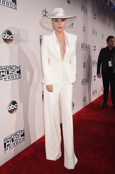 Lady Gaga cũng tới góp vui với một chiếc áo xẻ ngực táo bạo