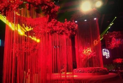 Sân khấu đám cưới hay khu vực bàn ăn đều được trang trí cực đẹp